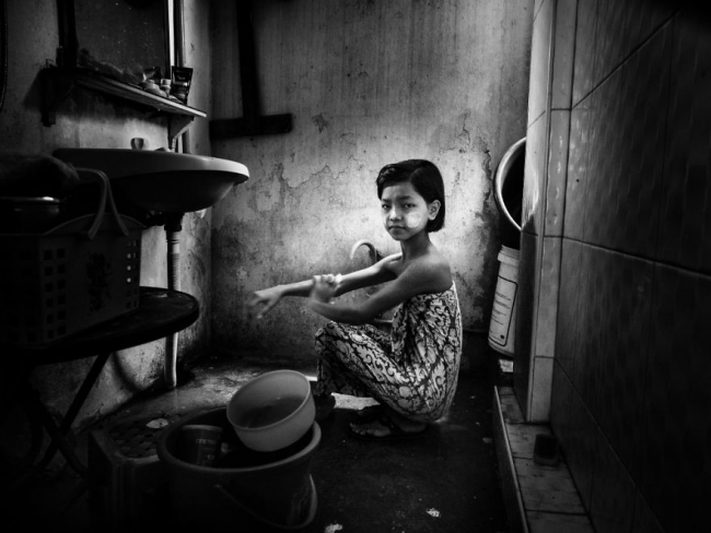 Myanmar – A Little Girl In The Bathroom. Ph: Линда Де'нобили, Италия